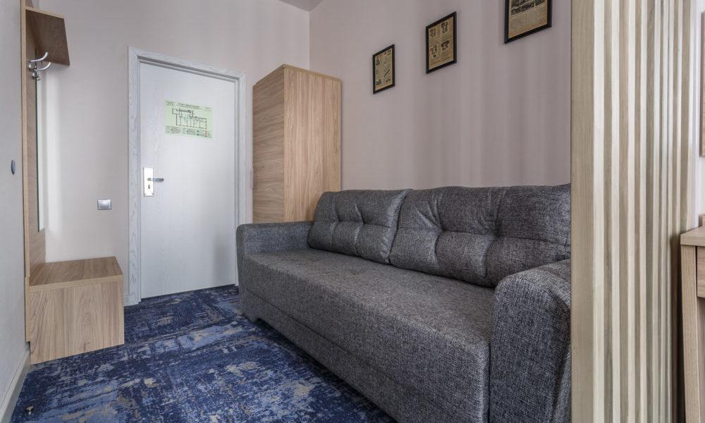 диван в номере люкс